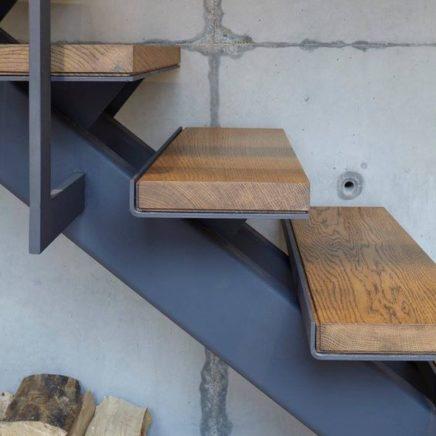 С деревянными ступенями