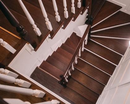 Отделка железной лестницы