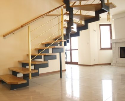 Лестницы на косоурах из металла