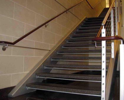 Покрытие металлических лестниц